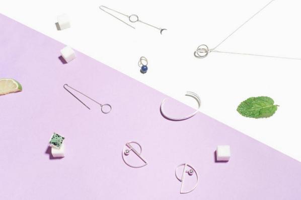 «Сахарок» специализируется на минималистичных украшениях из драгоценных металлов, сделанных русскими дизайнерами