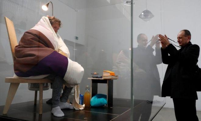 Художник высиживает куриные яйца вмузее