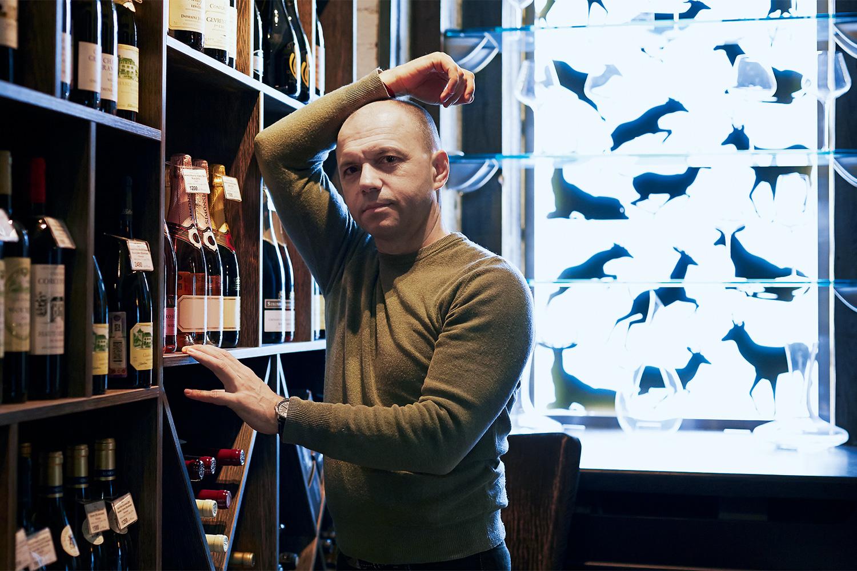 Сомелье Дмитрий Неживой в Why Not Wine рабоатет в окружении фигур оленей и скульптурных губ микеланджеловского «Давида»