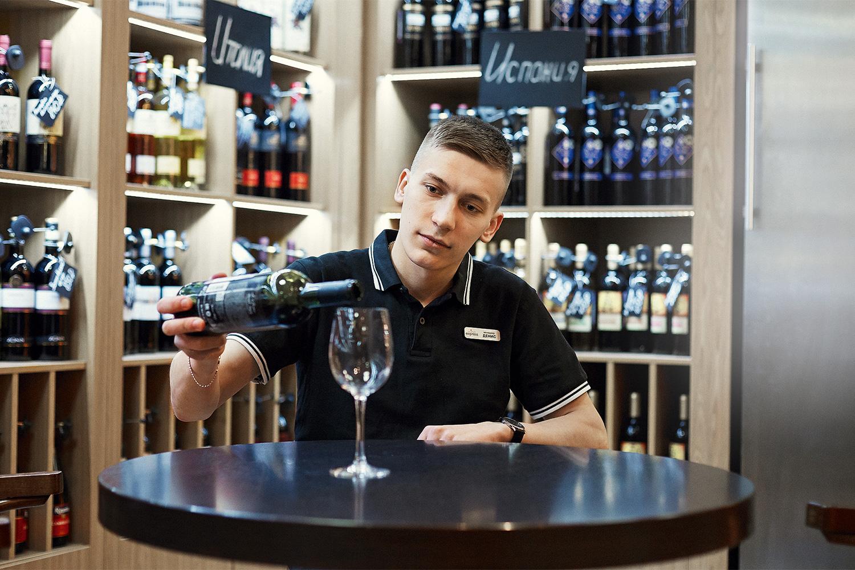 У сети Wine Express, в которой работает Денис Демиденко, есть собственная школа вина — состоит из восьми занятий