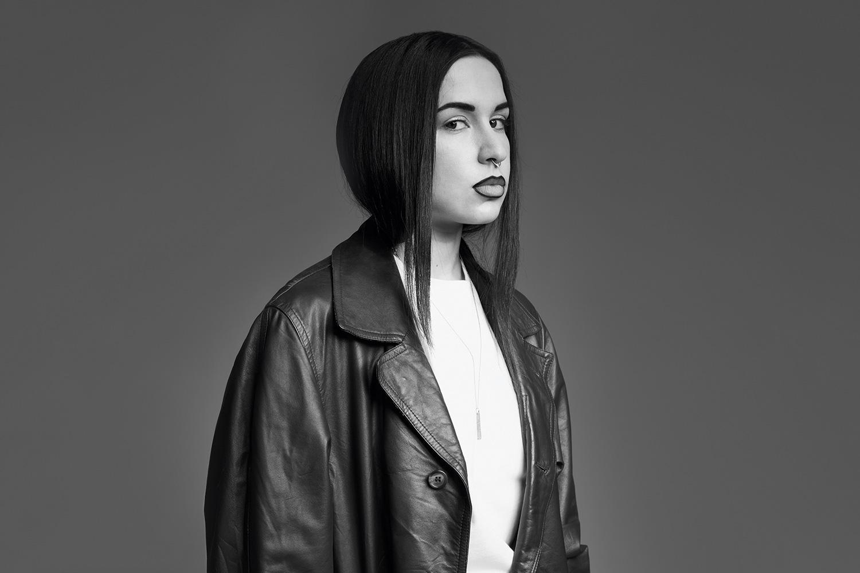 Как редактор моды сайта Wonderzine Олеся Ива не только стилизует съемки, но и пишет новости, обзоры последних тенденций и аналитические тексты