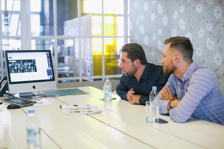 Филипп Зейналов и Андрей Шубин изучают правила поведения коллег по цеху