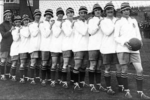 Трусики в женском футболе 13