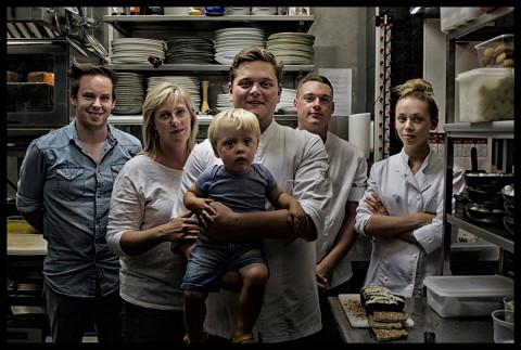 Деннис Брукс со своим сыном и командой