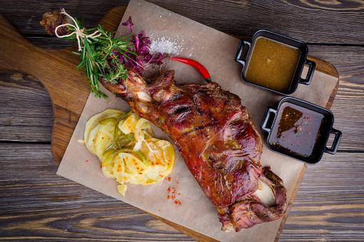В испанском гастропабе Pub Lo Picasso предлагают 5 блюд из мяса козленка в различных вариациях — от запеченных ребрышек до традиционного Ропа Вьеха.