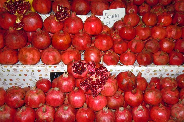 В лаборатории рынка висит список регионов, пострадавших после аварии на Чернобыльской АЭС, — к ним всегда особое внимание. Например, продукты, привезенные из Белоруссии, до сих пор сильно «фонят», и в городе цены на них ниже. Но продавцы с Даниловского уже знают, какие овощи и фрукты у них не возьмут