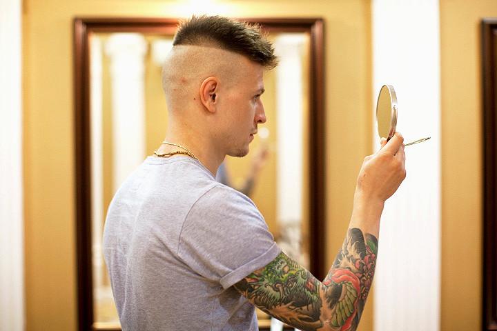 Да в «Усачах» делают акцент на бороде и усах, но вам могут тут выбрить хоть ирокез – парикмахерская исполняет любые желания клиента