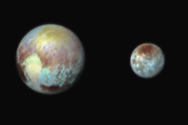 Плутон и Харон, раскрашенные с помощью цветных фильтров