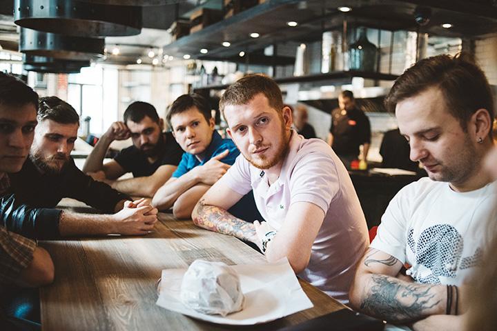 Обсуждают татуировки и прочие атрибуты мужественности из мира парикмахерских Chop-Chop и бара «Энтузиаст»