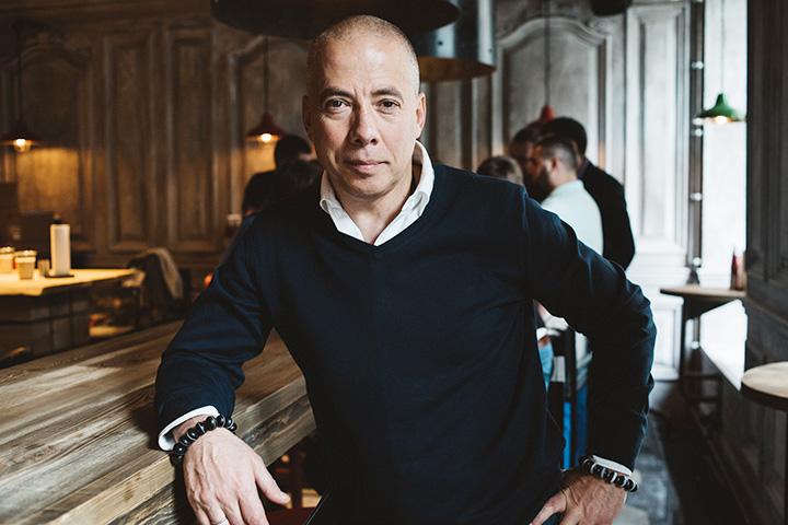 В Лондоне у Новикова уже 5 ресторанов. Москва для него теперь как песочница — покопаться, что-нибудь вылепить и снова вернуться в Англию, чтобы открывать проекты в Мейфэре.