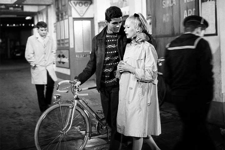 В «Шербурских зонтиках» (1964) Жака Деми алжирская война присутствует за кадром, зритель видит лишь повестку в армию, но ее оказывается достаточно, чтобы разрушить счастье главных героев.
