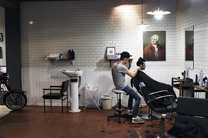 Несмотря на то, что формат барбешопов связан с Америкой, в Chop-Chop не забывали корней, и стены украсили портретом Ломоносова – пионера многих отраслей в России