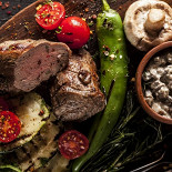Ресторан Джонджоли - фотография 2 - Телячья вырезка с овощами на мангале