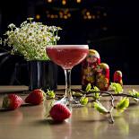 Ресторан 19 Bar & Atmosphere - фотография 2 - MATRESHKA- сезонный сауер на вишневой хреновухе с клубникой