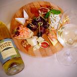 Ресторан Emporio café - фотография 4 - Белый сет, состоящий из итальянских закусок и бутылки белого вина Пино Гриджио (Pinot Grigio)