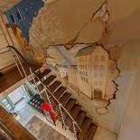 Ресторан Дымок & Уголек - фотография 3 - Лестница на второй этаж