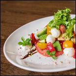 Ресторан Кухня Полли - фотография 3 - Салат с клубникой, авокадо и моцареллой