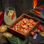 Ресторан Dyxless Bar - фотография 5 - «Креветки и Ром»: креветки с клубникой, папайей и соусом на основе айвовой ракии и легкий физз на основе рома, настоянного на ананасе, с ликером «Фалернум», лемонграссом и газированной кокосовой вод