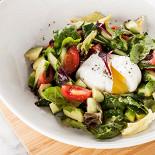 Ресторан Pesto Café - фотография 4 - Салат из свежих овощей с яйцом пашот, заправленный оливковым маслом и соком лимона.
