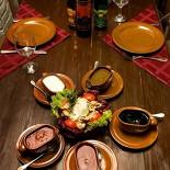 Ресторан Кавказский дворик - фотография 3 - Фирменный салат «Кавказский дворик» Капуста красная, салат «айсберг», помидор, огурец, куриное филе, печень, майонез, соевый соус.  Порция: 350гр.