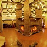 Ресторан Графский - фотография 3 - Просторная территория ресторана «Графский» включает каминный и несколько обеденных залов в средневековом замковом стиле.