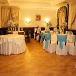 Ресторан Крем - фотография 6 - Свадебный зал с аркой и круглыми столами
