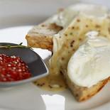 Ресторан Lavkalavka. Кафе - фотография 5 - Яйца пашот на тостах из зернового хлеба и кетовой красной икрой