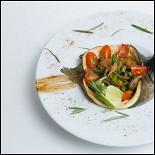 Ресторан Шуга - фотография 2 - Форель в оригинальной подаче с болгарским перцем, баклажаном, фасолью, томатами черри и розмарином