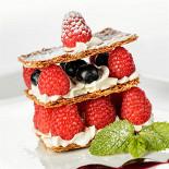 """Ресторан Кабинет - фотография 6 - Воздушное слоеное """"Миллефолье"""" с легким кремом и лесными ягодами"""