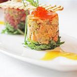 Ресторан Граци - фотография 6 - Тартар из свежего тунца и лосося с листьями салата Руккола и цитрусовой заправкой.