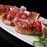 Ресторан Mary Jane - фотография 1 - Брускетта с томатами Биф и пармской ветчиной