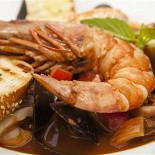 Ресторан Sorbetto - фотография 3 - Пикантный суп с морепродуктами (лангустин, вонголе, кальмары, креветки,мидии) / Cacciucco alla livornese Cacciucco soup with seafood 1680 руб.