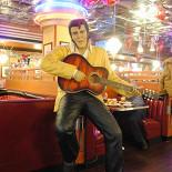 Ресторан Beverly Hills Diner - фотография 4 - В зале для НЕкурящих людей Вас встретит Элвис Пресли.