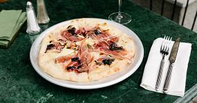 Крабы на «Менделеевской», пицца и паста в «Монике» и новое на Рогожском рынке
