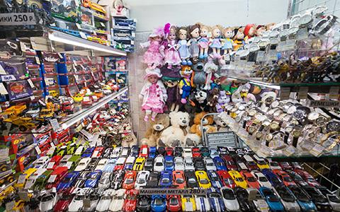 Машинки, белье и кружка с Путиным: что происходит с торговлей в московском метро