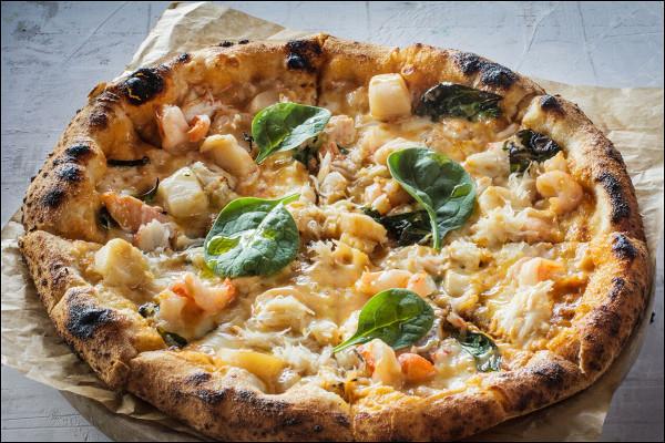 пицца с крабом, копченым лососем и томатами