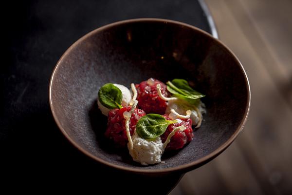 Dry & Wet: тартар из говядины с сырным муссом, томатным гелем и попкорном из спагетти (520 р.)