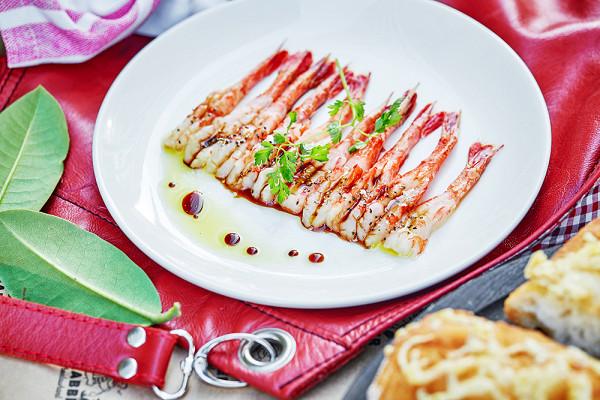 креветки эби с соевым соусом, оливковым маслом и кервелем (630 р.)