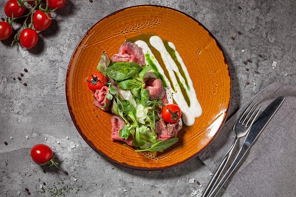 салат с ломтиками говядины, печеными баклажанами и вялеными томатами (490 р.)