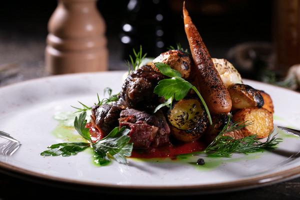 томленая голяшка с печеными овощами и соусом из копченых томатов (555 р.)