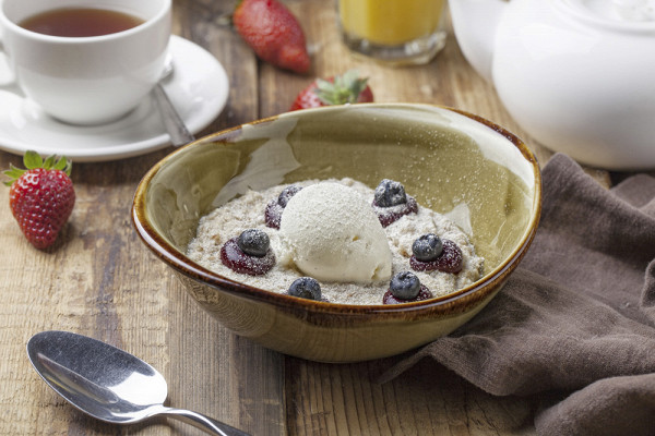овсяная каша с домашним ванильным мороженым и пюре из черной смородины (180 р.)