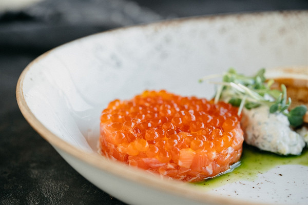 тартар из лосося с красной икрой и йогуртовым соусом (999 р.)