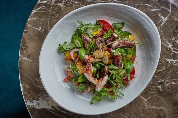 салат с осьминогом на гриле, молодым картофелем, узбекскими помидорами и зеленью (780 р.)