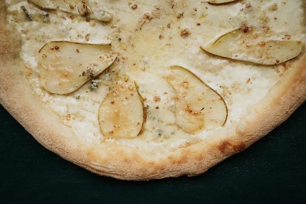 пицца с грушей и горгонзолой от Osteria numero uno