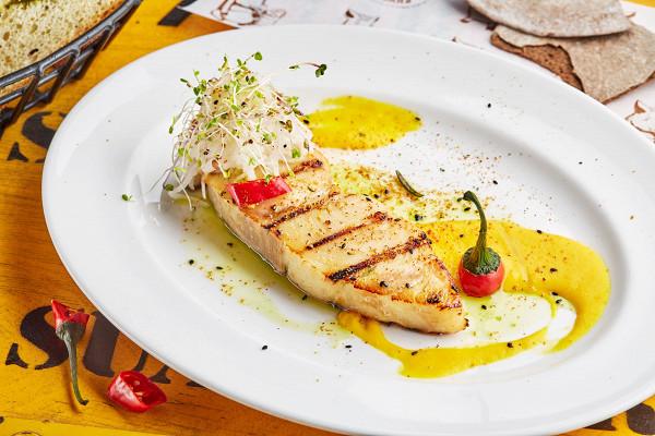 макрель с салатом из редьки и соусом из запеченного перца (590 р.)