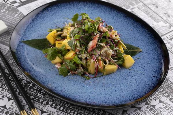 азиатский салат из камчатского краба с манго (990 р.)
