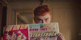 «Мы все заслуживаем трех минут межзвездного экстаза»: Years & Years выпустили клип «Starstruck»