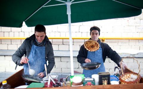 Как два французских студента принялись печь блины на улицах Москвы