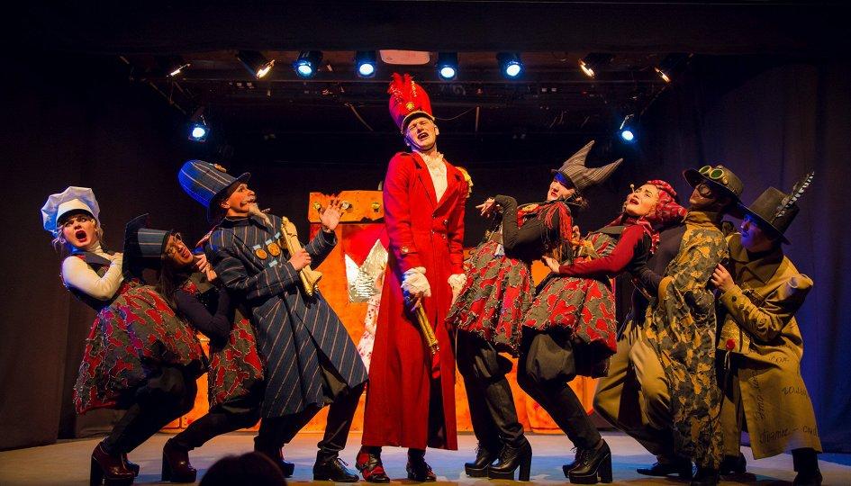 Театр: Голый король
