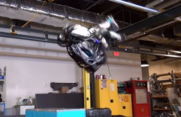 Видео сделающим сальто роботом появилось вСети